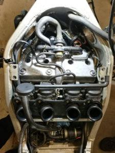ZZ-R 600 - Ventildeckel, Luftleitblech, Vergaser montiert